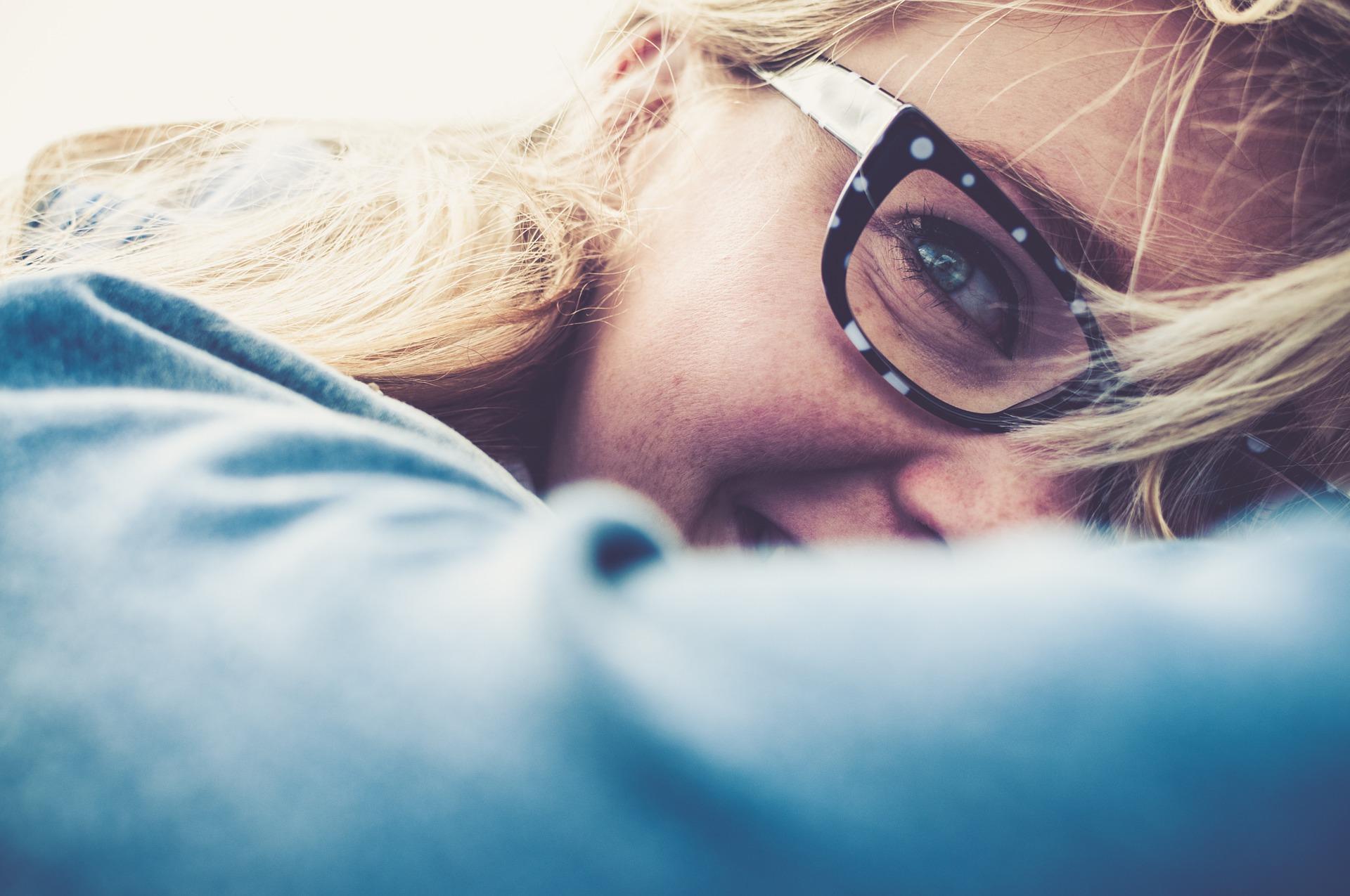 Νέο κορίτσι με γυαλιά χαίρεται