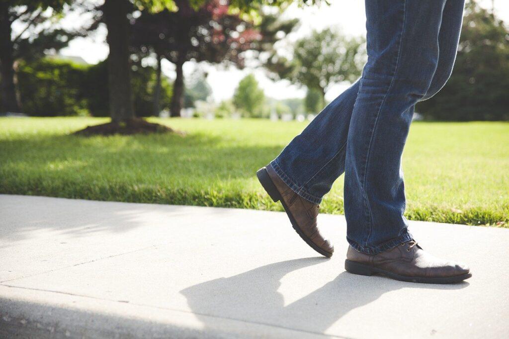 Άνδρας κάνει σίγουρα βήματα στη λιακάδα